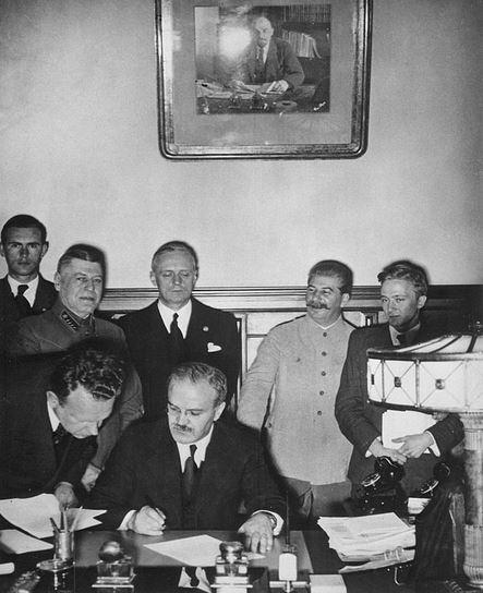 Molotov podepisuje německo-sovětskou smlouvu