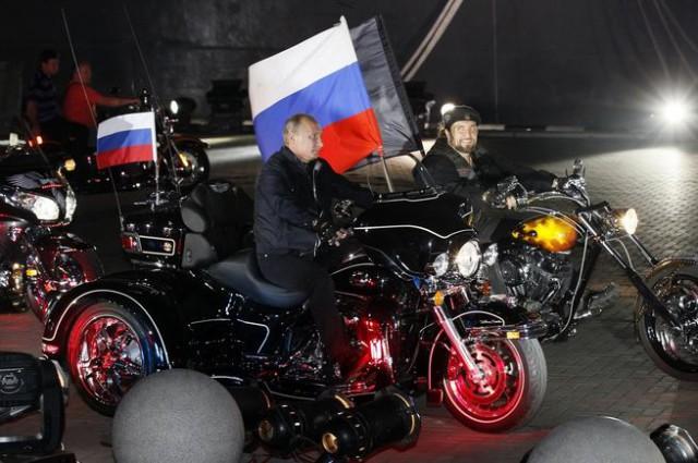 Vladimir Putin a šéf Nočních vlků Alexandr Zaldostanov v Novorosijsku