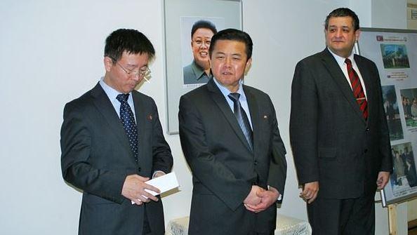 Zahájení výstavy, uprostřed velvyslanec Kim Pchjong-il, vpravo Petr Šimůnek místopředseda ÚV KSČM